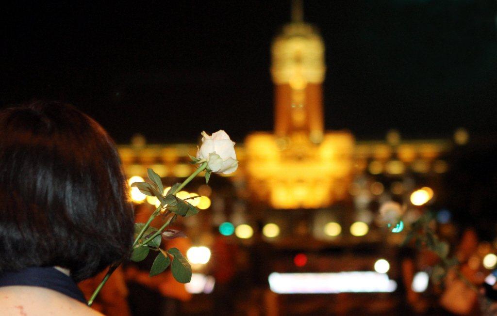 2010年9月25日,白玫瑰運動集在總統府前凱達格蘭大道舉行,訴求司法改革,淘汰不適任法官。 圖/聯合報系資料照