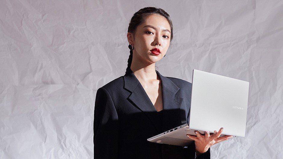 潮流模特兒李柔與ASUS VivoBook S。  華碩/提供