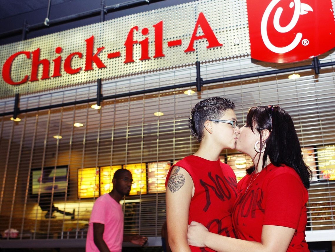 LGBT 團體曾發動群眾到福來雞的店門口一起同志熱吻,兩派為此對立僵持。 圖/路...
