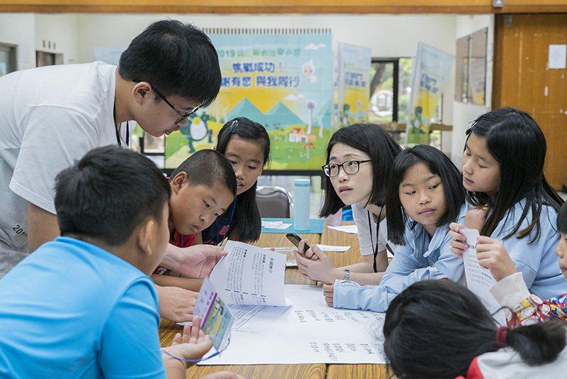 台灣中油運用企業核心能力,透過綠巨龍創造夏令營,讓大、小朋友認知到能源知識,並進...