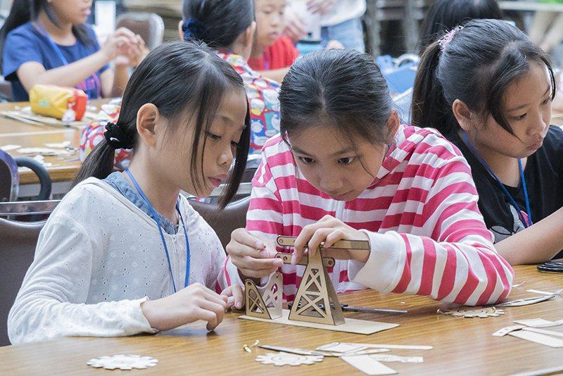 透過製作台灣中油早期使用的鑽油機模型,讓小朋友認識台灣石油探勘的歷史。 (圖/張...