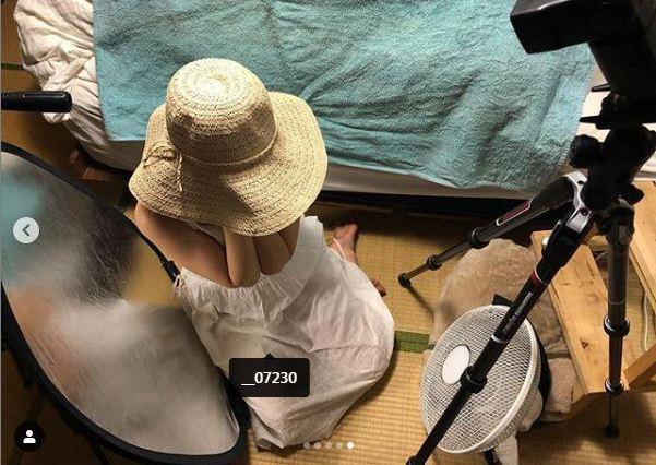 日本攝影師澤村洋兵的「夏日艷陽寫真集」,竟是半夜兩點於室內打光拍攝。 圖/擷取自...