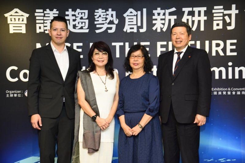 「會議趨勢創新研討會」主辦單位代表與業界菁英合影。左起:泰國曼谷馬奎斯皇后公園萬...