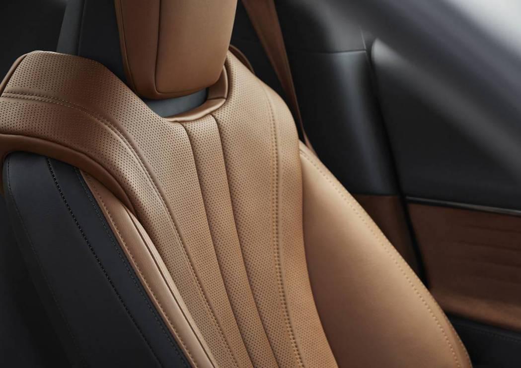 黑色加琥珀色的雙色內裝風格,並以頂級的苯胺皮革座椅搭配Alcantara麂皮門板...