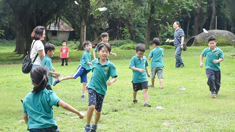 在遼闊的校園內,拯民小朋友有很多機會可以活動身體,學著與大自然共處。照片:拯民國...