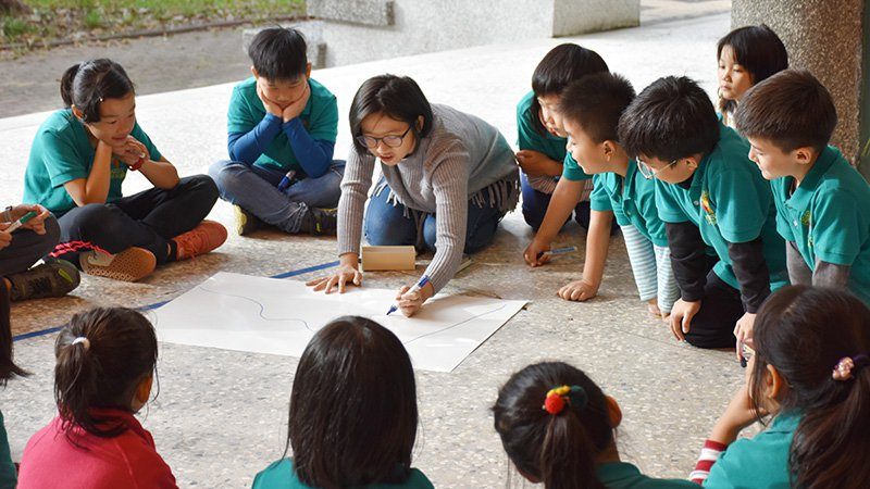 每個周一早晨是拯民師生的晨圈時間,孩子們圍成一圈,和老師討論當日議題。照片:拯民...