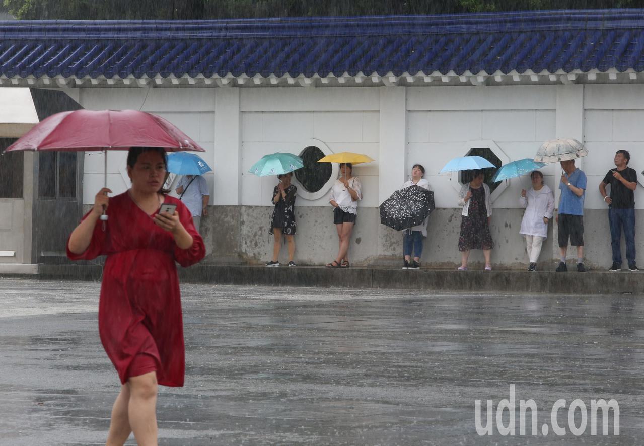 中央氣象局說,今天不排除有中尺度低壓在台灣西南方海域生成並接近台灣,使得中南部地...