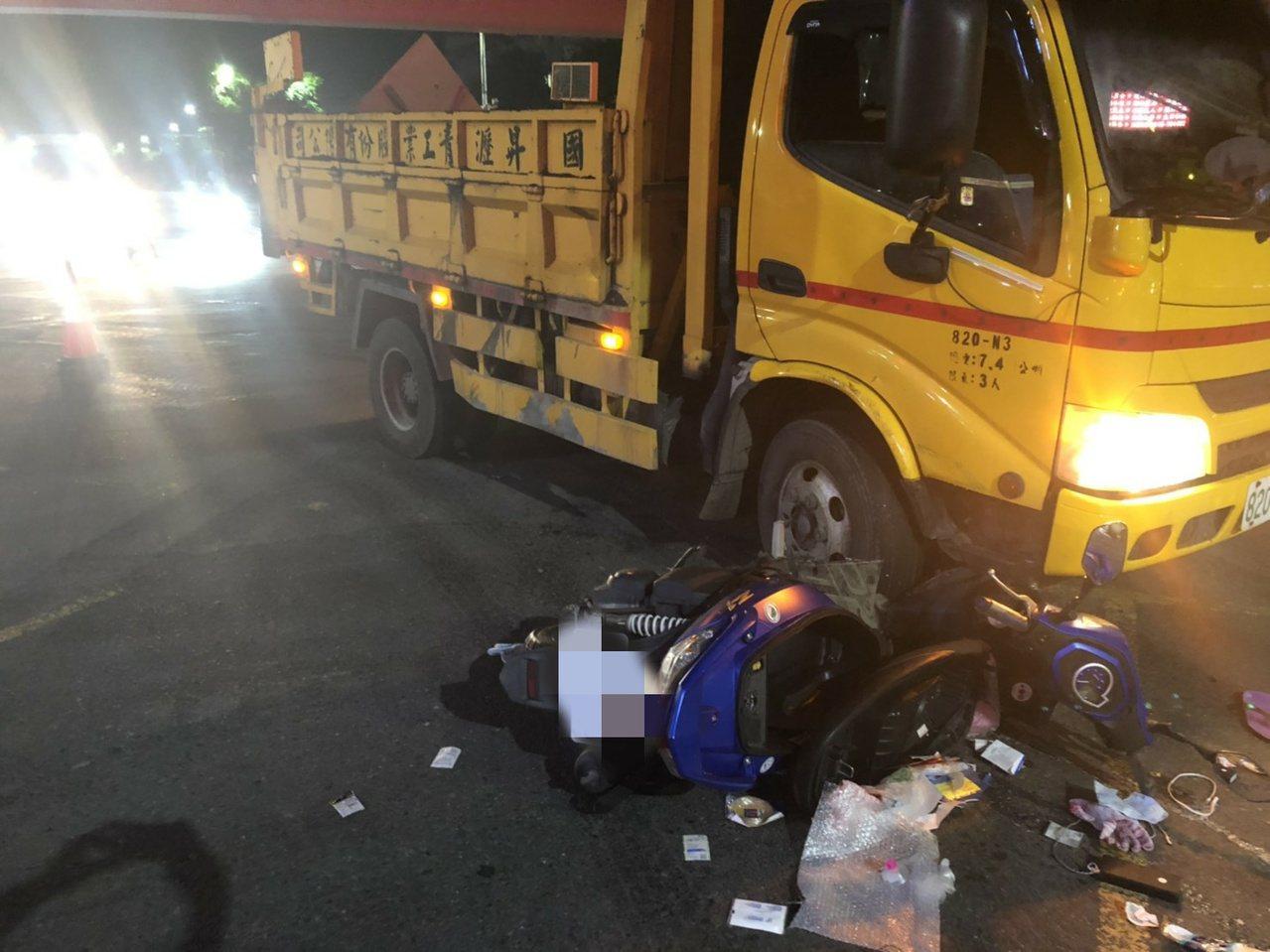 雲林斗六市西平路昨天晚上11點多路面施工,疑因天色昏暗跟交通動線不明,工程車與一...