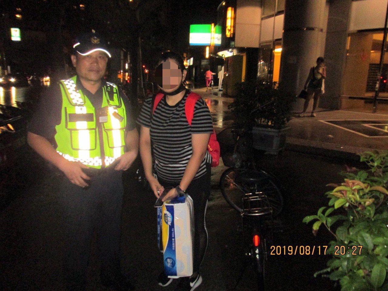 台中市第三警局健康所17日協助印尼女移工返家。圖/第三警分局提供