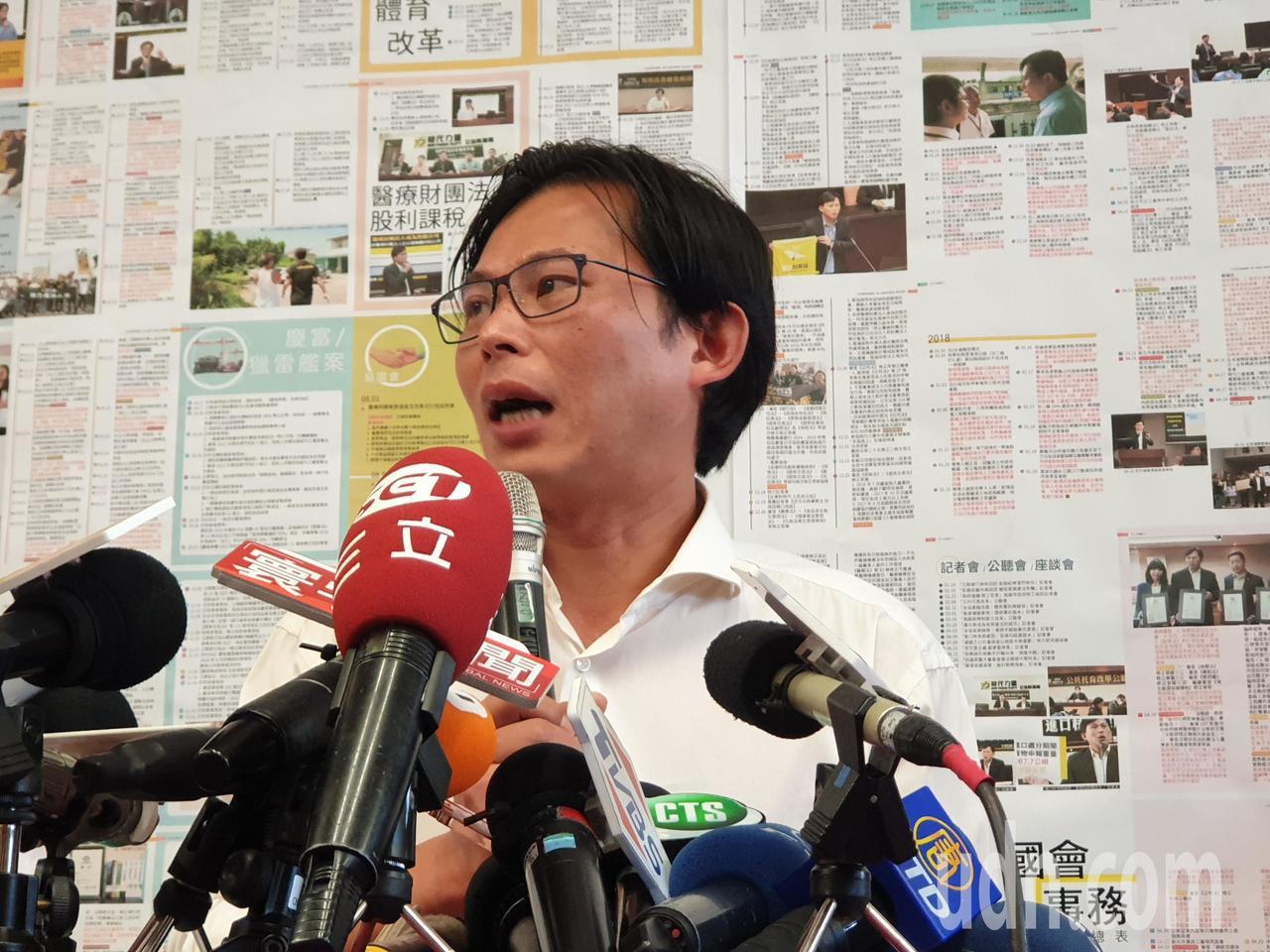 時代力量立委黃國昌(右)今開記者會,表情抽動神態略顯緊張。記者胡瑞玲/攝影