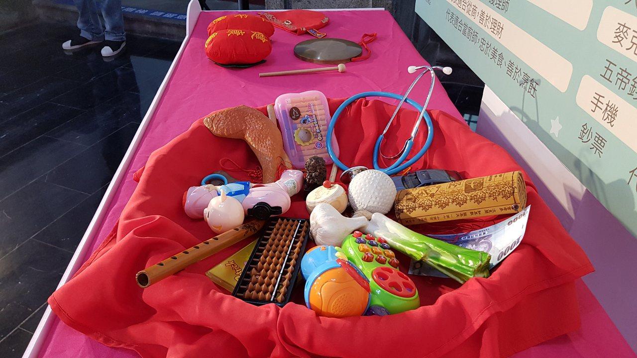 新竹市政府24日舉辦幸福好孕寶寶抓周活動,邀請家長與小寶貝體驗傳統禮俗抓周。記者...
