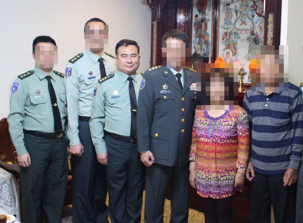 羅昆信上校(左三)曾任宜蘭縣後備指揮部副旅長,去年5月與後指部長官一同慰問模範母...