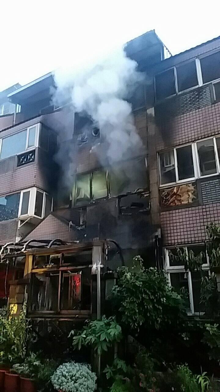 新北市三芝區淺水灣山莊社區內1棟3層樓透天厝,今天清晨4時許發生火警,造成一人死...