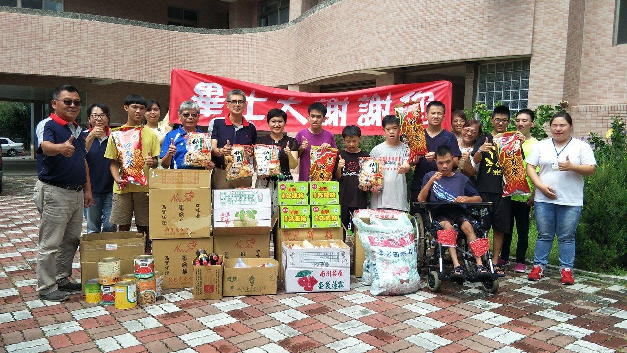 中華紙槳公司昨將普度用供品,全部捐給畢士大教養院。圖/華紙提供