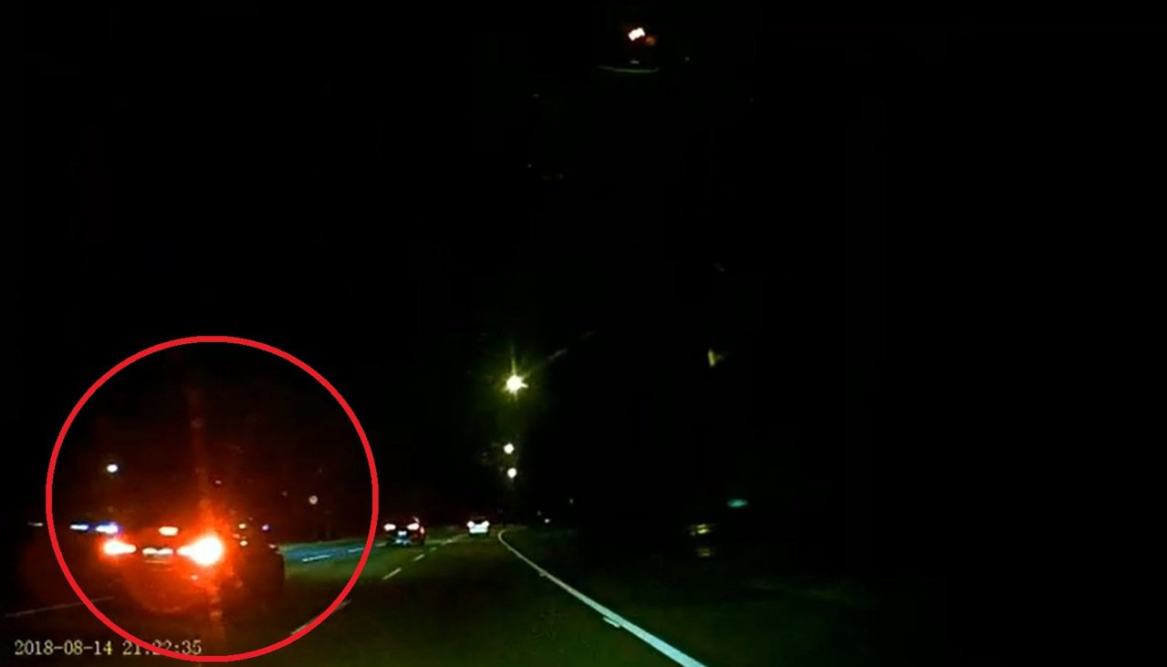 深色轎車變換車道未注意安全距離,導致林女失控先撞上內側護欄後再彈回中線車道。記者...