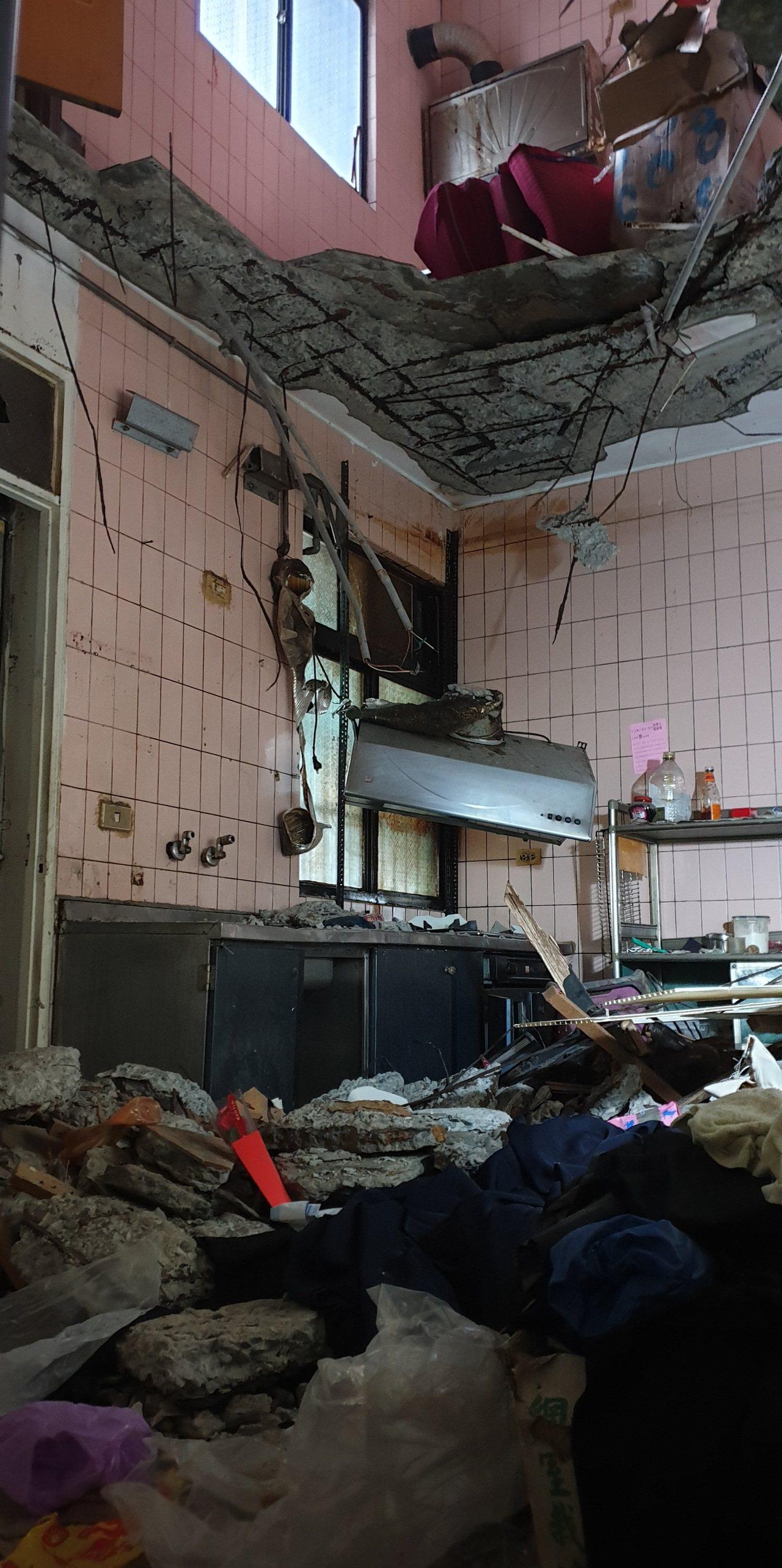 3、4樓之間的樓板塌落,看起來打通的樓中樓,屋主幸運逃過一劫。記者鄭國樑/攝影