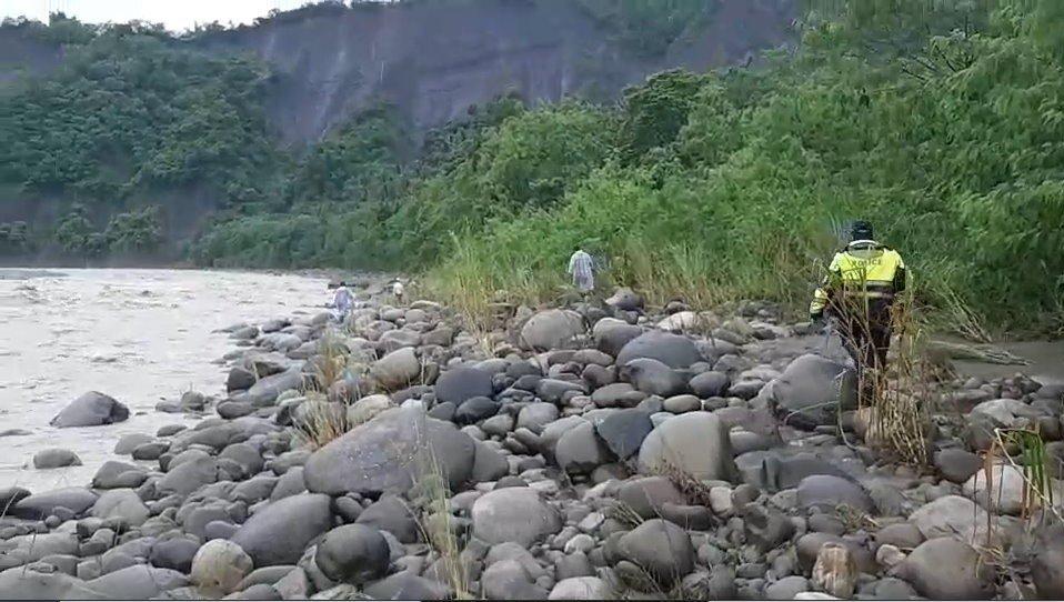 高市六龜、旗山等地警消持續搜尋,今早在旗山溪杉林河段沿岸找尋。記者徐白櫻/翻攝