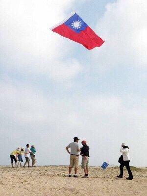 閻清雲為國出征時,也帶著有青天白日滿地紅或「Taiwan」字樣的風箏出國,讓更多...