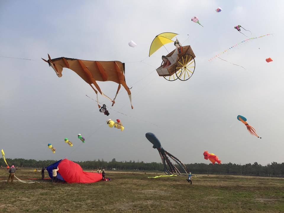 喜愛中華歷史文化的閻清雲,製作充滿東方特色的國劇臉譜、馬車、西遊記人物等風箏作品...