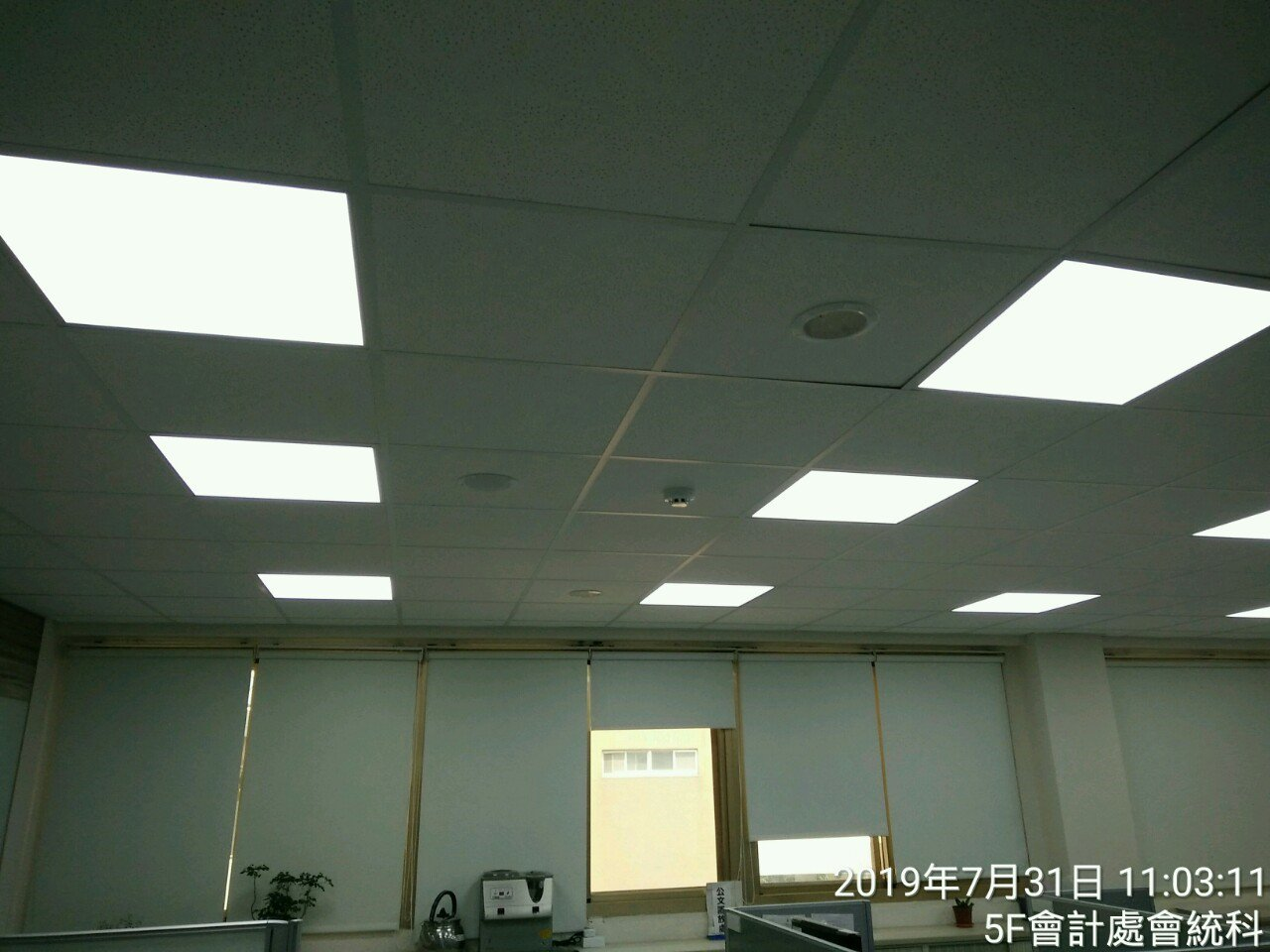 台中港務分公司更換辦公室場所的燈,換成LED燈,可節省龐大電費。圖/台中港務公分...