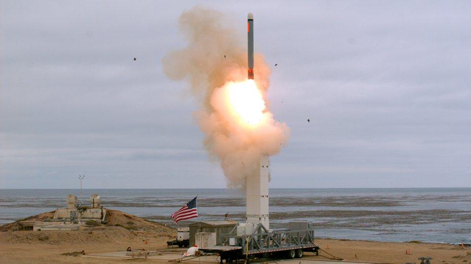 美國國防部18日公布照片,在加州試射一枚中程陸基巡弋飛彈。美聯社