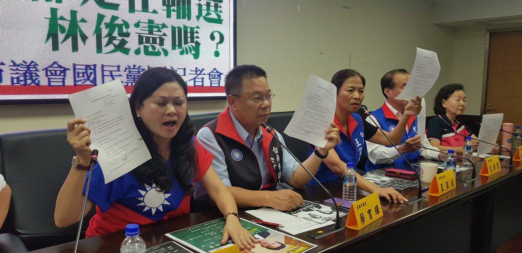 台南多位立委參選人上午拿著相關公文抗議教育部花公帑輔選特定立委。記者修瑞瑩/攝影