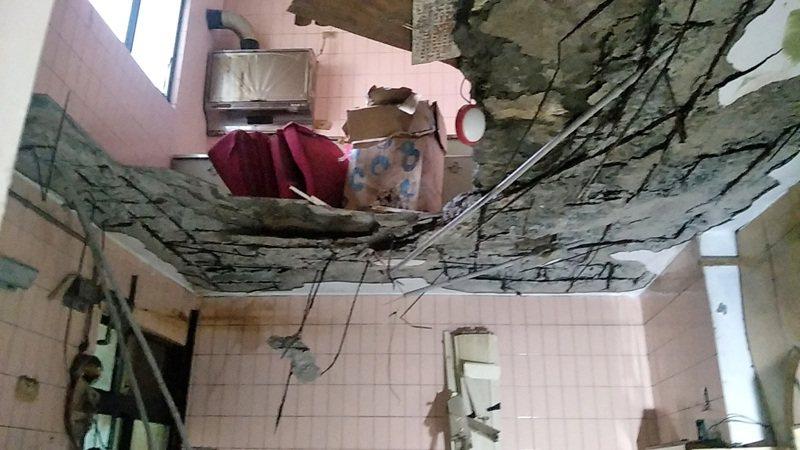 桃園市龜山區金山社區海砂屋3樓蔡姓住戶因四樓崩塌壓傷,兩樓貫通,看到四樓室內物品,驚險逃過一劫。記者曾增勳/攝影