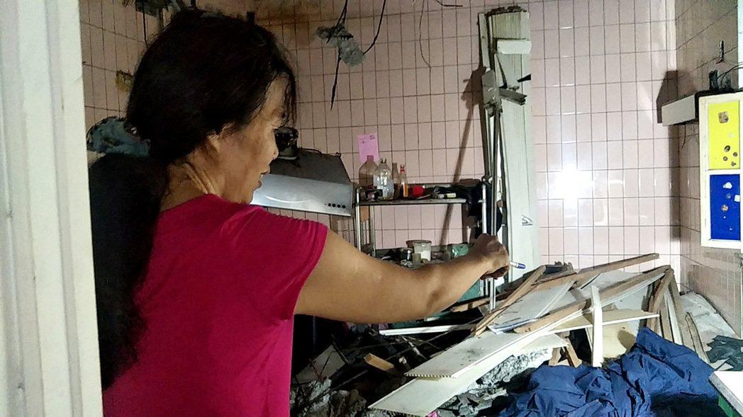 桃園市龜山區金山社區海砂屋蔡姓住戶(見圖)還原事故當時,她蹲在裁縫機旁被天花板壓...