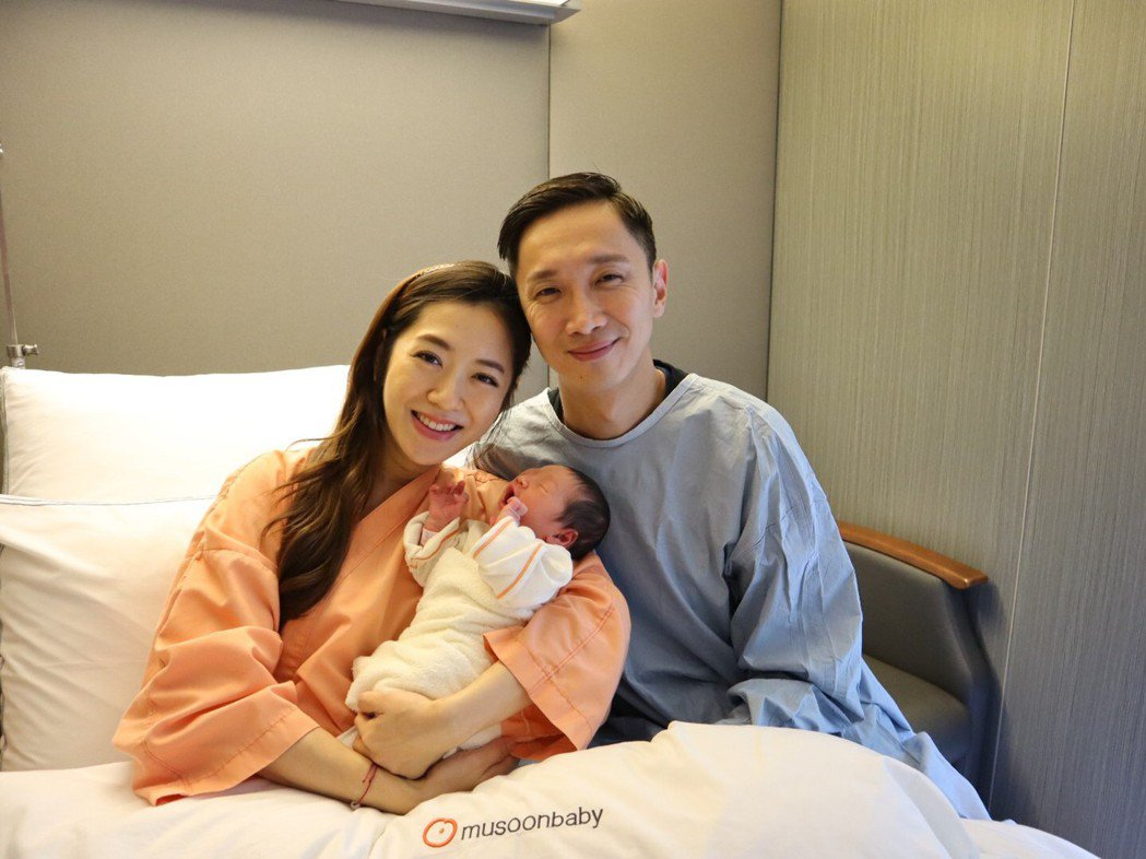 楊千霈夫妻抱著Q妹。圖/楊千霈提供