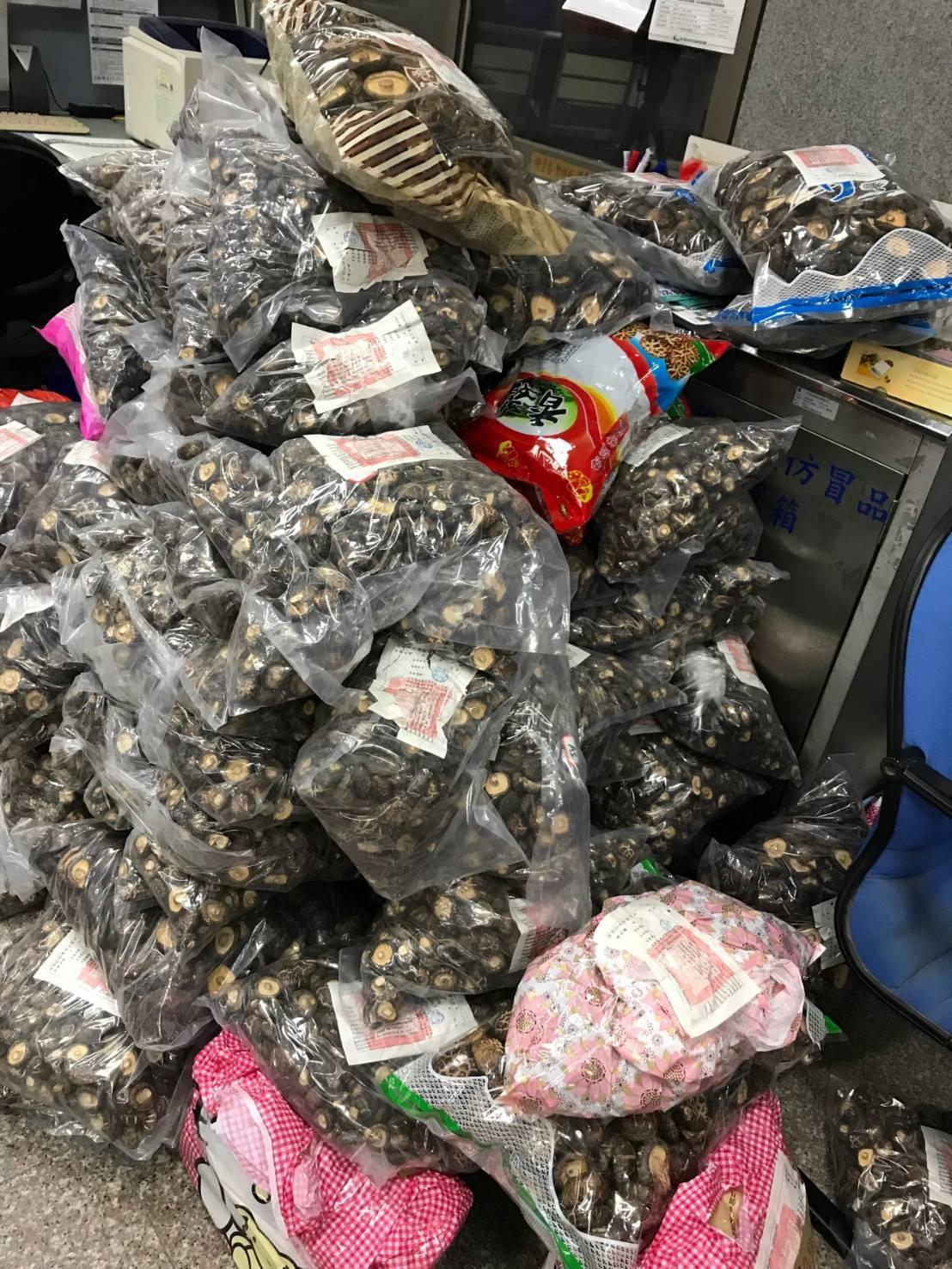 金門海關表示,中秋節將至,香菇需求大增,最近3個月金門海關已查獲1350公斤,呼...