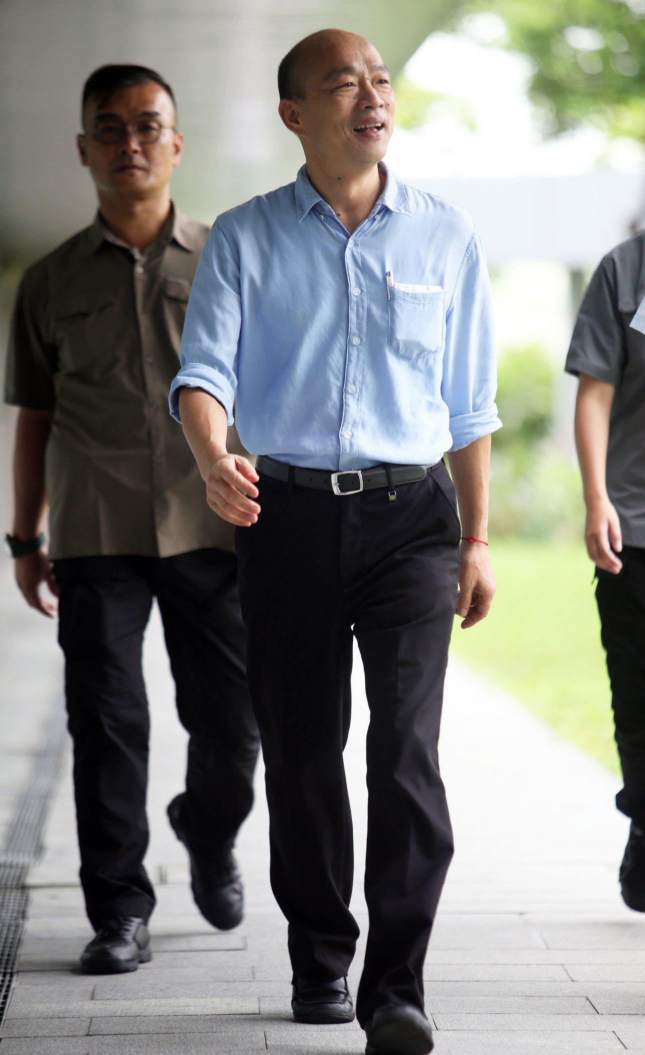 高雄市長韓國瑜今在市政會議後受訪驚爆他的車子被裝追蹤器,感嘆國家機器動得太厲害。...