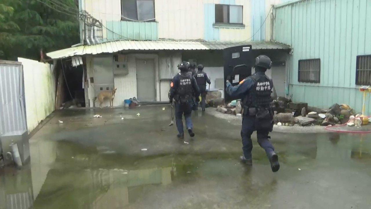 鹽埕分局等大批警力前天到南投攻堅詐騙機房。記者林伯驊/翻攝