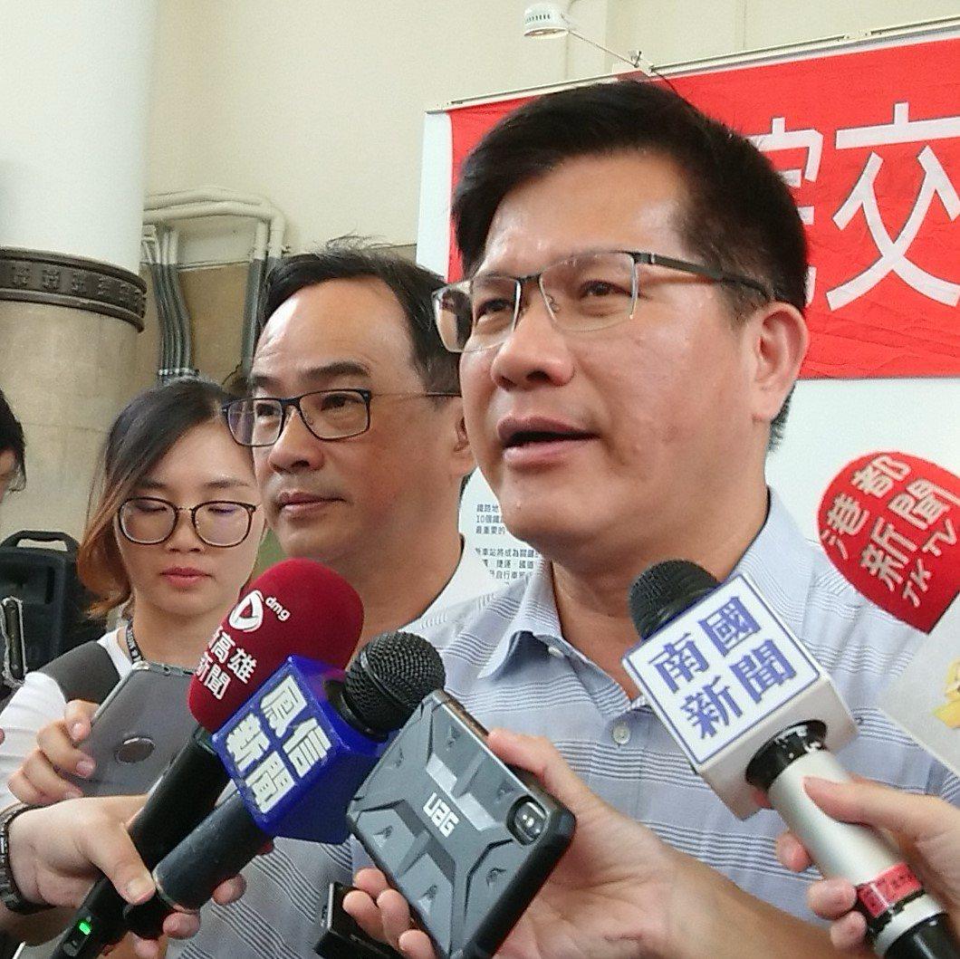 交通部長林佳龍(右)今到高雄視察鐵路地下化工程等建設進度,對於韓國瑜近日引發的公...