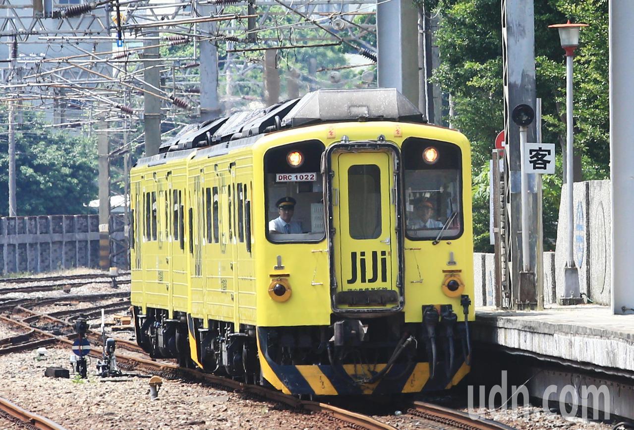 集集支線彩繪列車「國立集集美術館」上午正式亮相。記者陳正興/攝影