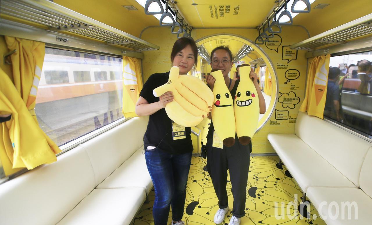 集集支線彩繪列車「國立集集美術館」上午正式亮相,鐵道迷拿著香蕉布偶合影留念。記者...