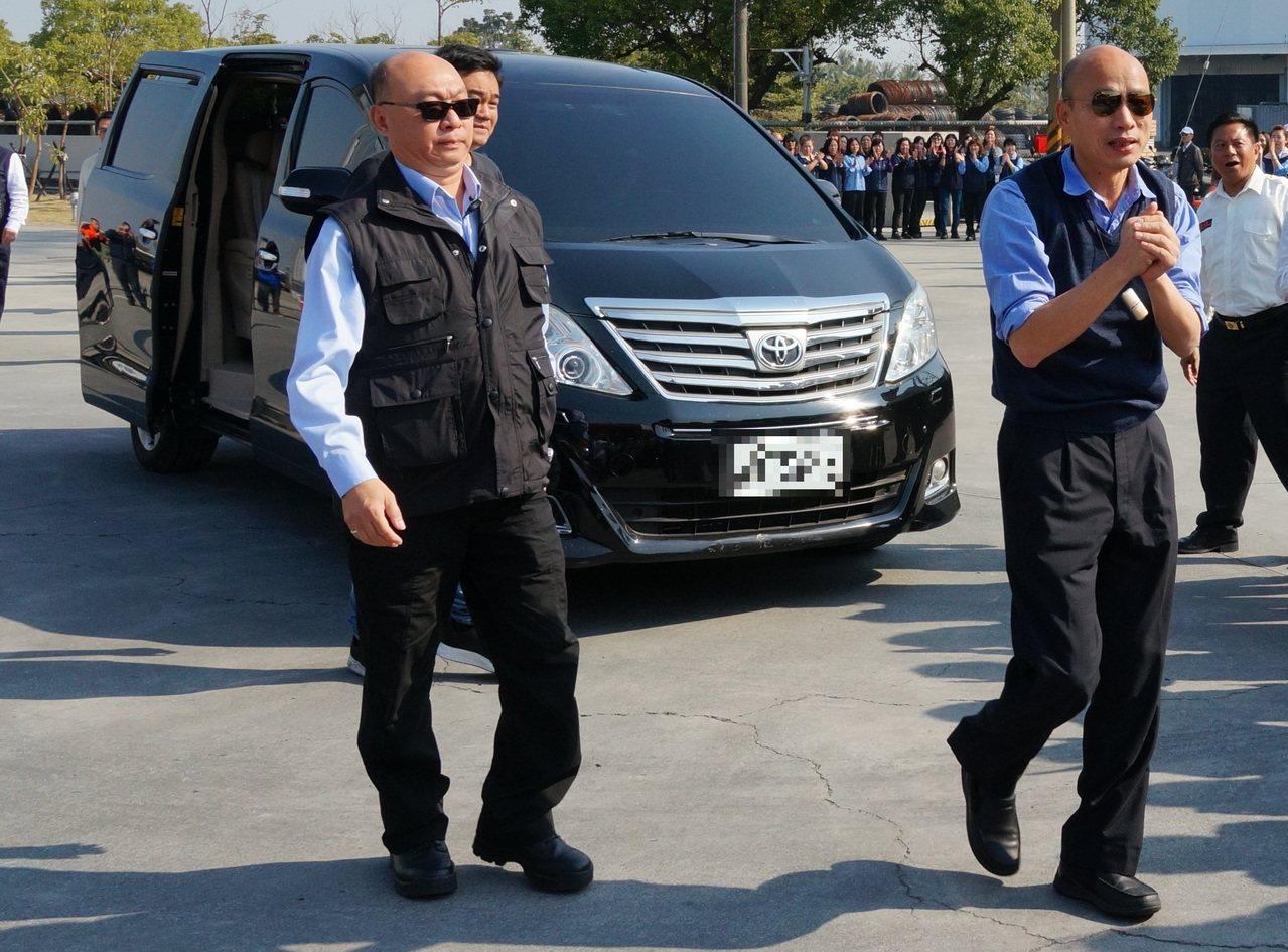 高雄市長韓國瑜(前右)自爆座車疑似遭裝GPS追蹤。圖/本報資料照