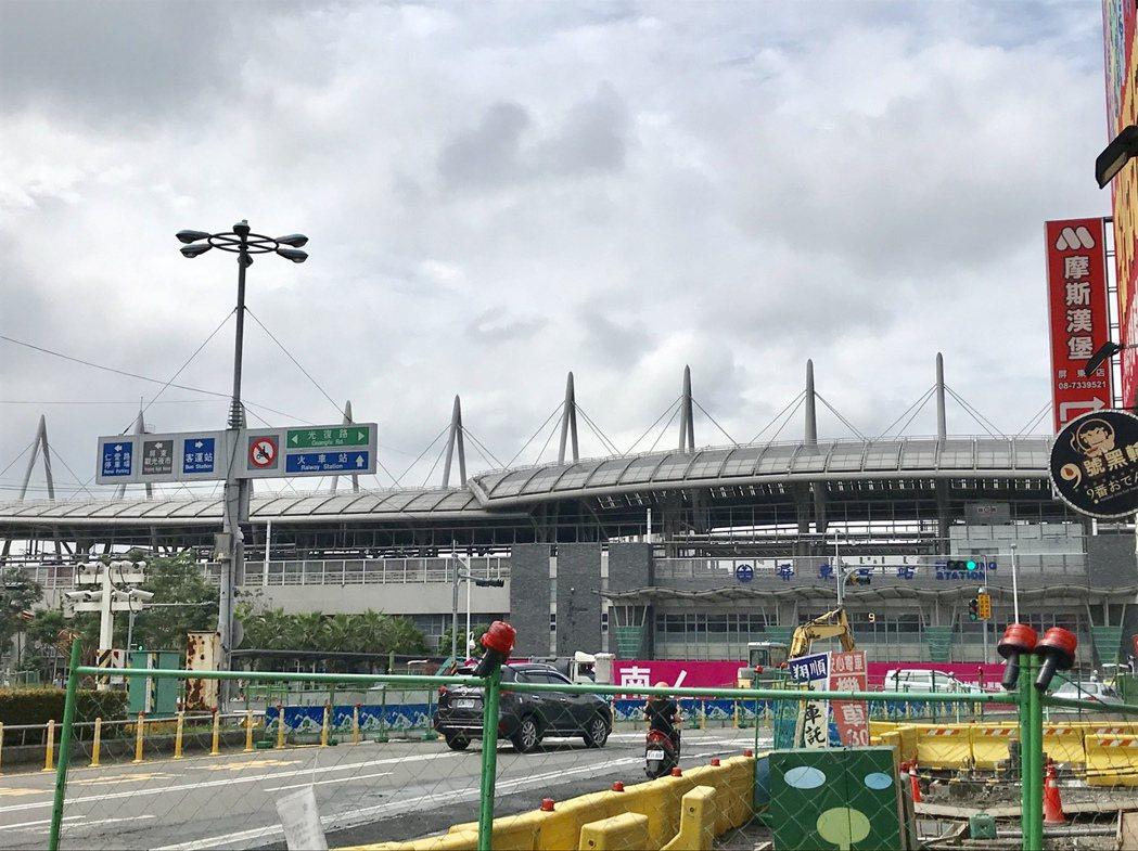 屏東火車站完工1年多,外觀新穎成為新地標,除驛站商城消費活絡,站前噴水池也正在打...