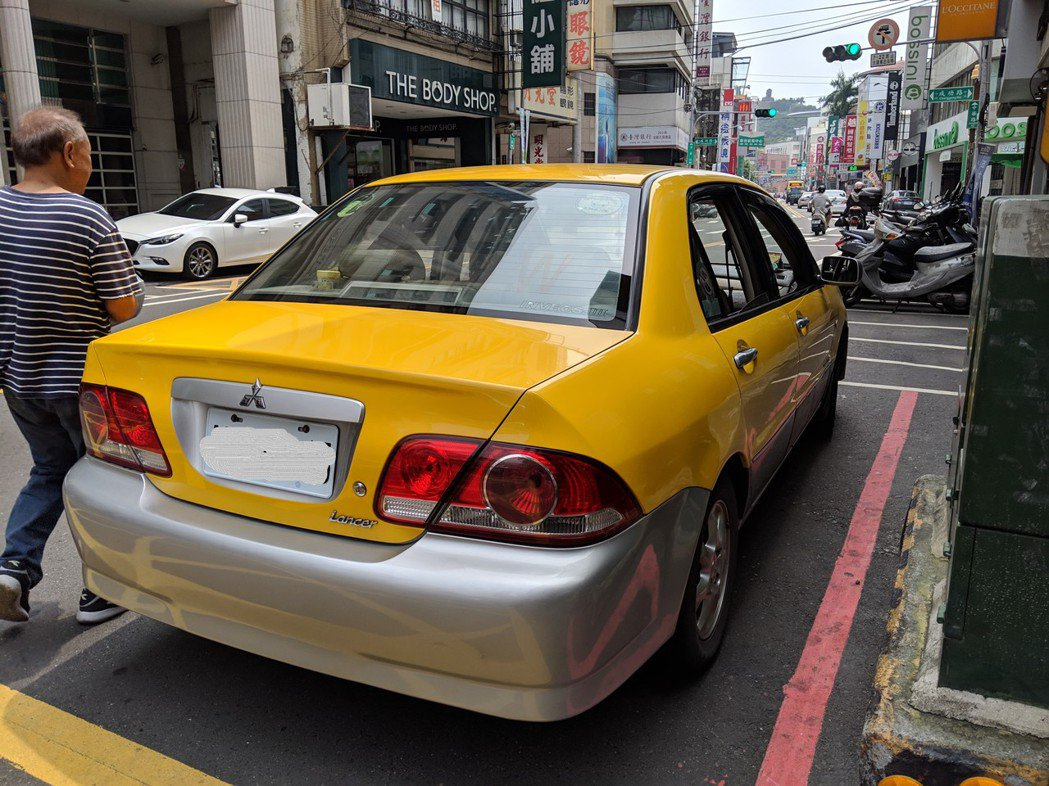 彰化監理站今年已查獲5件以自用車攬客收費的白牌車,甚至將車身漆成黃色冒充計程車,...