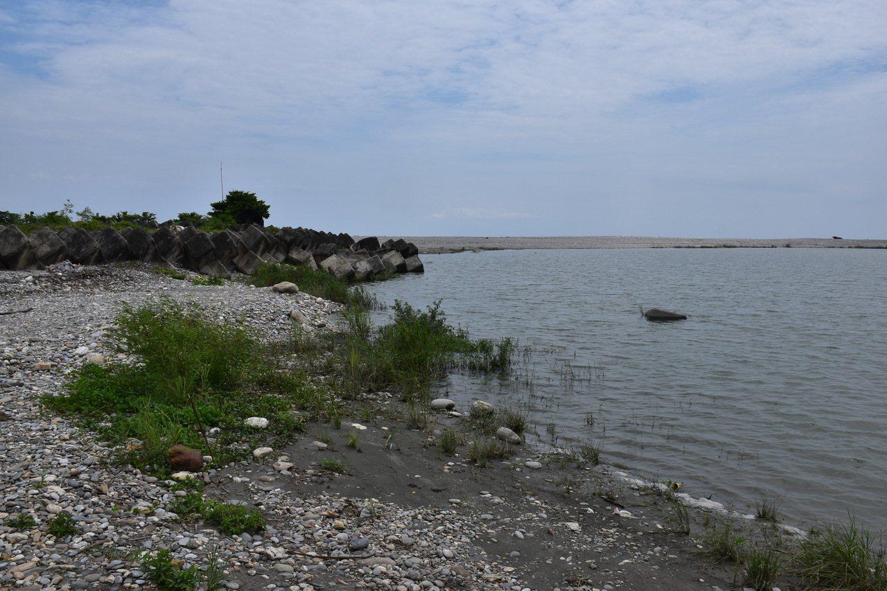 化仁海堤有較平緩的坡道,方便水上摩托車下水。記者王思慧/攝影