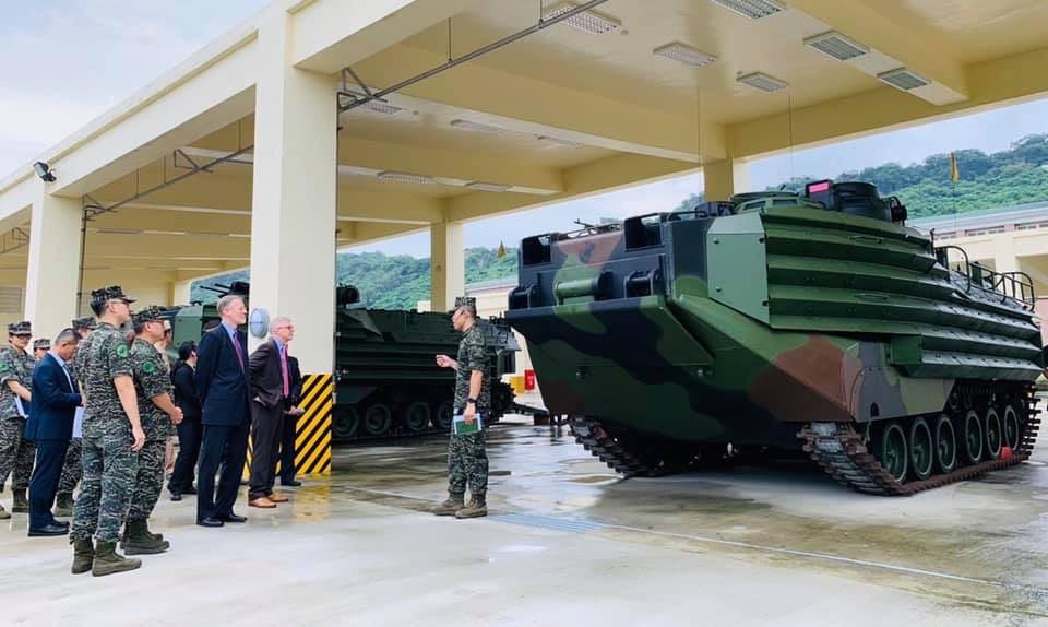 美國在台協會(AIT)處長酈英傑等人,今天前往海軍左營軍港,分別參訪海軍陸戰隊A...