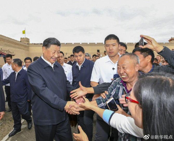 中共總書記習近平20日上午來到嘉峪關關城,和當地遊客握手。(騰訊微信照片)