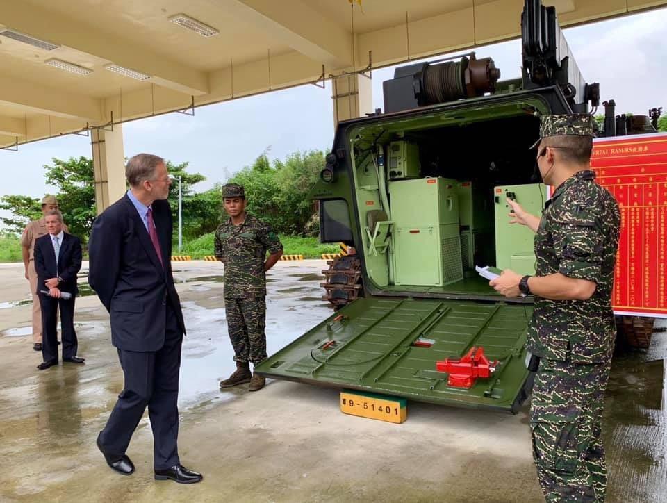 美國在台協會AIT處長酈英傑(中)一行人參訪高雄軍區。圖/取自AIT臉書