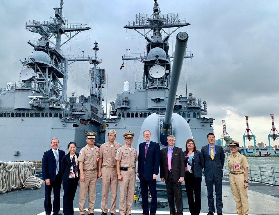 美國在台協會AIT處長酈英傑(中)一行人參訪海軍軍區。圖/取自AIT臉書