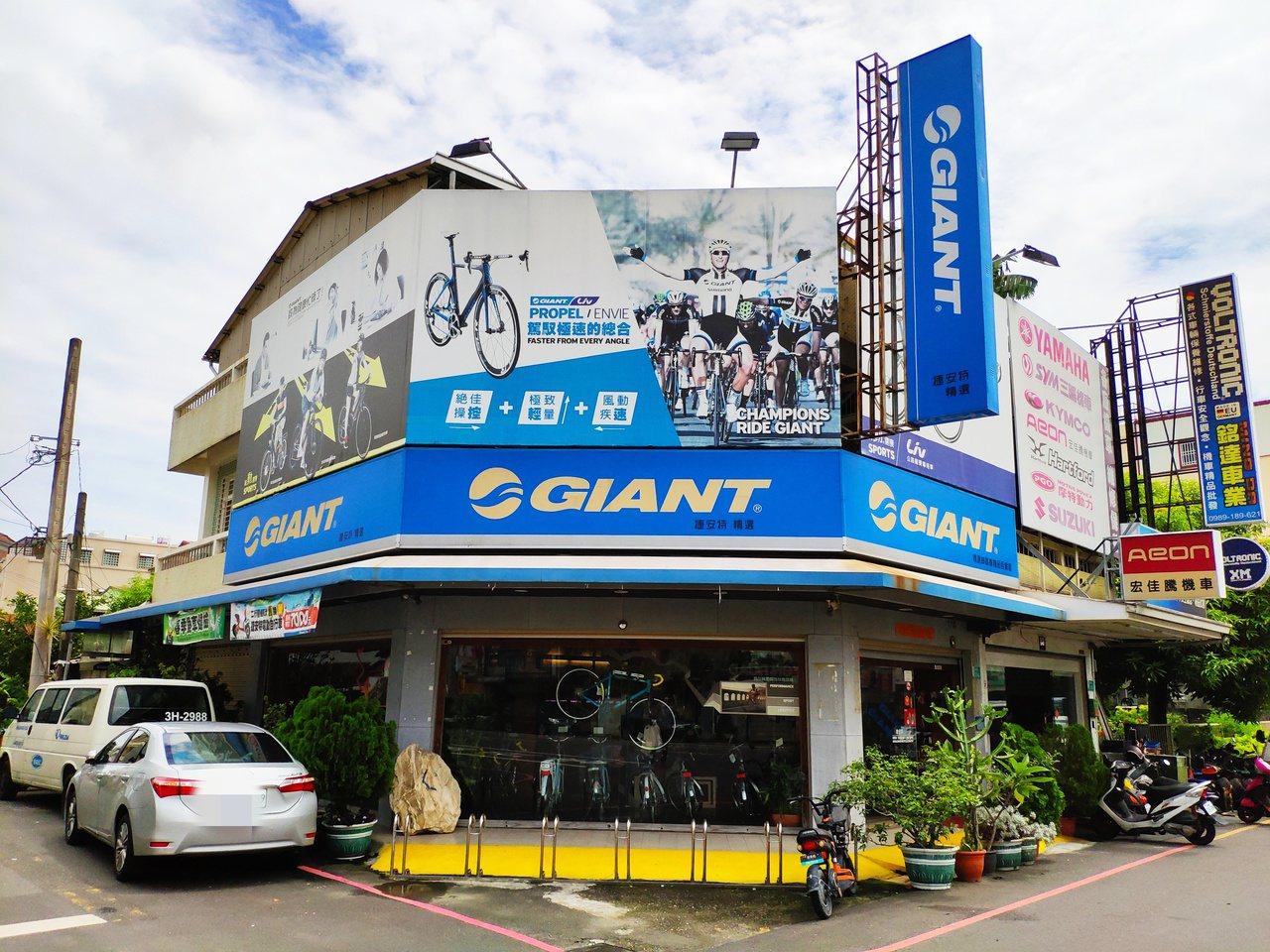 立足地方30年,自行車捷安特台南新營經銷商將遭拆除招牌,地方震撼。記者謝進盛/攝...