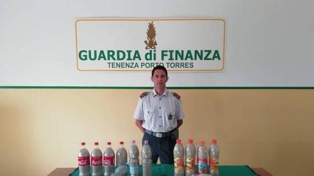 義國執法人員展示這對法國情侶偷採的14大瓶白沙。CNN/Guardia di F...