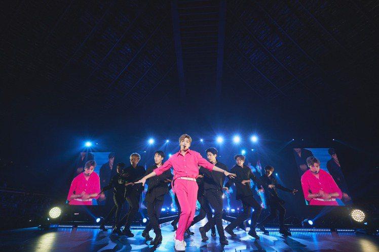前Wanna One人氣團員姜丹尼爾本週前往新加坡開啟亞洲巡迴序幕,透過記者會要向各地等待他的粉絲們表示:「想呈現最棒的舞台給大家!」他特地透過影片對台灣粉絲打招呼,撂中文喊「台北的朋友們」。他的個...