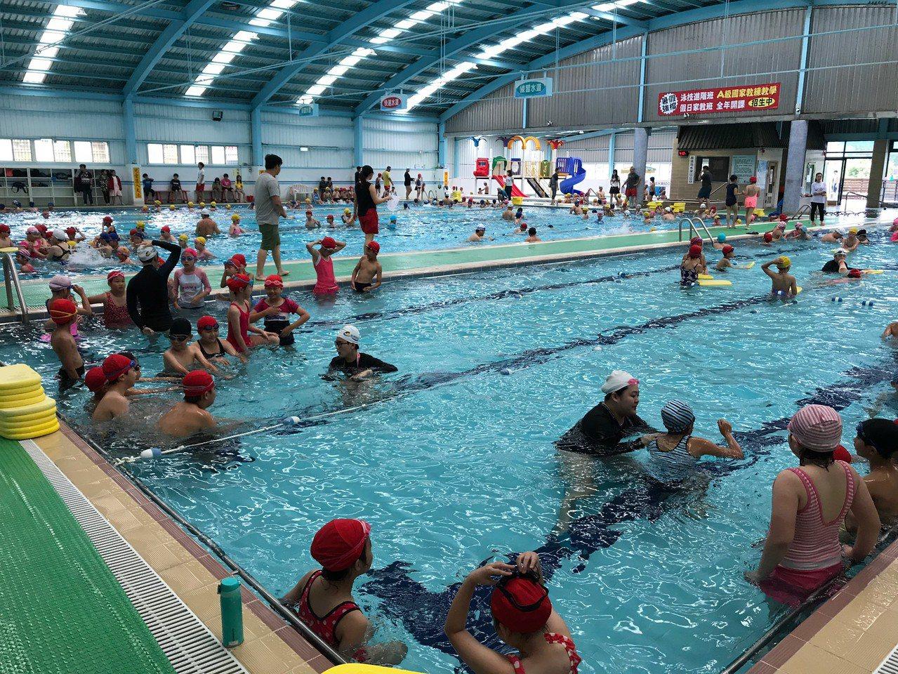 桃園市政府每年針對市內公私立游泳池做稽查,近3年抽查雖不合格率有在下降,但今年仍...
