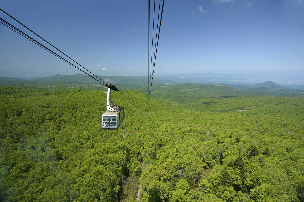 旅客搭乘八甲田纜車,可飽覽八甲田地區的山巒風光。圖/JR東日本提供