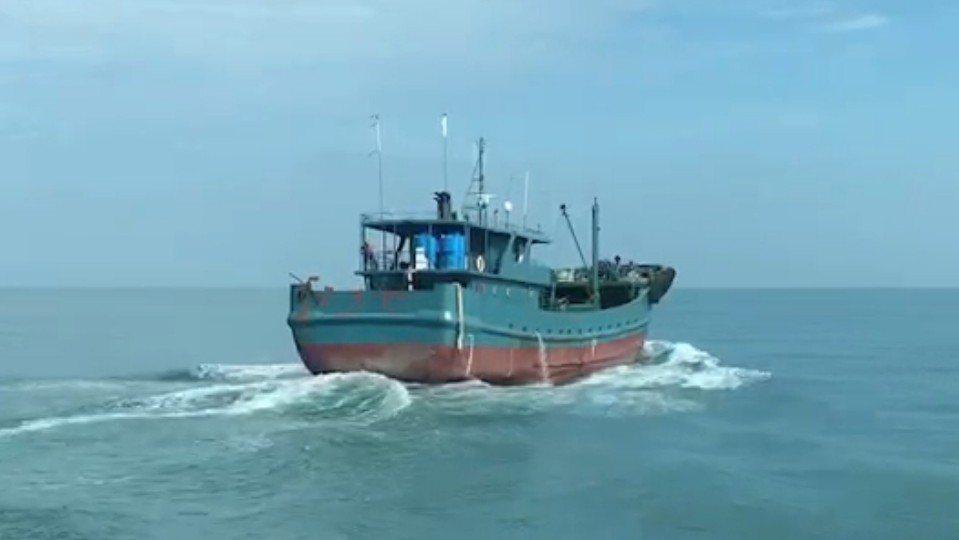 海巡署台中海巡隊今天驅逐越界的陸船,該船負責人被罰鍰,錢已匯入國庫。 圖/台中海...