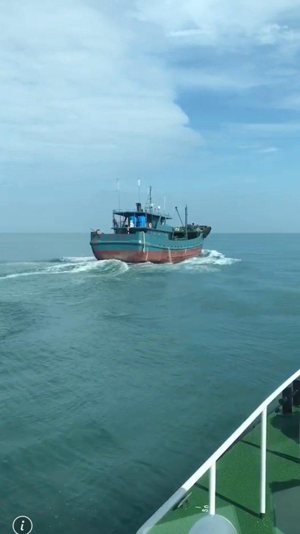 海巡署台中海巡隊今天驅逐越界的陸船,該船負責人被罰鍰,錢已匯入國庫。圖/台中海巡...
